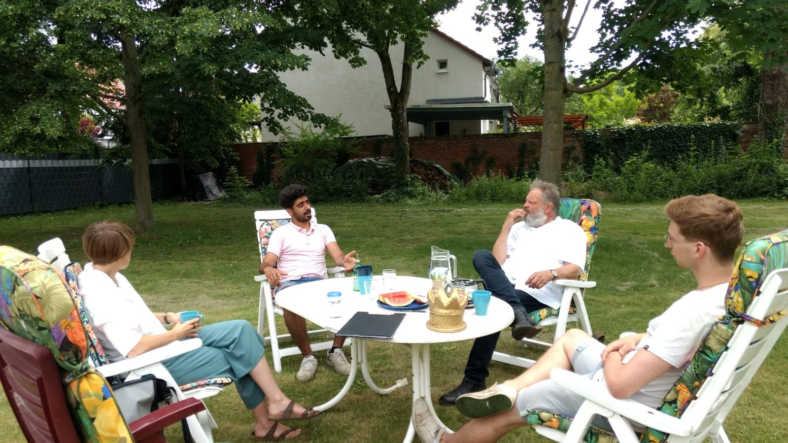 Austausch über die Arbeit des Sunrise e.V. im Garten der Villa Wertvoll