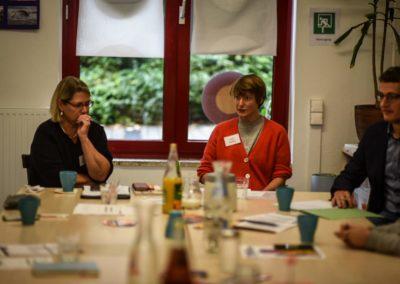 Susi Möbbeck im Gespräch mit jungen Menschen